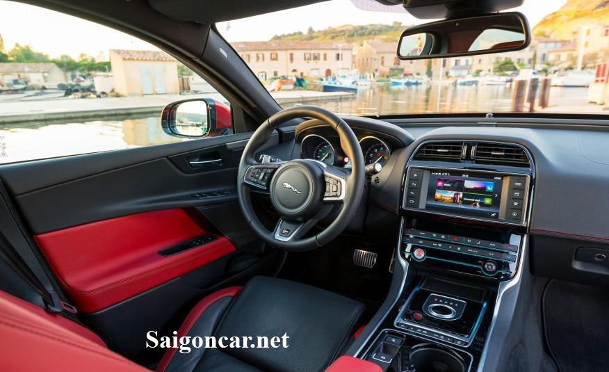 Jaguar XE noi that sang trong