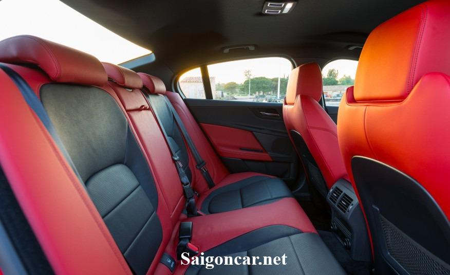 Jaguar XE noi that khoang hanh khach
